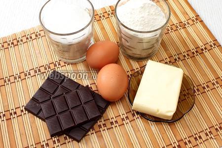 Для приготовления нам понадобится масло сливочное, тёмный шоколад, яйца куриные, сахар, мука пшеничная, разрыхлитель, молоко и сахарная пудра.