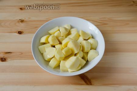Теперь можно подготовить гарнир. У меня на гарнир был запечённый в духовке картофель. Для того, чтобы его приготовить, картошку необходимо очистить от кожуры и порезать на кусочки, примерно 2х2 см. Затем посолить и сбрызнуть растительным маслом. Перемешать хорошенько, чтобы каждый кусочек был в масле.