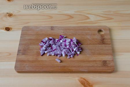Пока картошка печётся, можно заняться соусом и грибами. Сначала необходимо почистить лук и мелко его порезать.