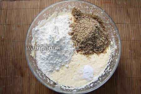 После того, как взбили маргарин, сахар, яйца, добавляем муку, орехи и разрыхлитель.