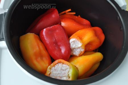 Заполнить перец начинкой и выложить на подушку из овощей. Я Использовала 2 мультиварки и потому выкладывала перцы в 1 слой. Можно выложить в 2 слоя и положить сверху сырую картофелину. Как картофелина будет готова, это значит, что и перцы готовы тоже.