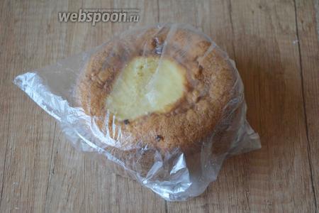 Чтобы коржи стали более влажными, их необходимо завернуть в пищевую плёнку, либо в целлофановый пакет и убрать в холодильник на 2 часа.