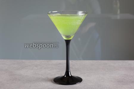 Долейте злой шипучей воды с газами. Огуречный коктейль на Хэллоуин «Тоска зелёная» готов и жаждет напугать ваших гостей (и просто «придурков», которые осмелятся сунуться к вам «на огонёк» в этот день).