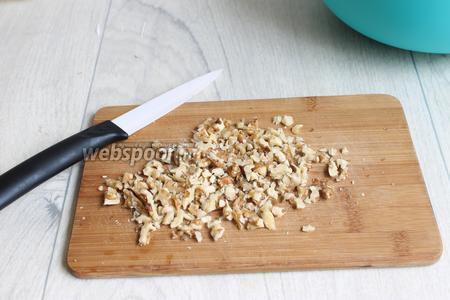 Орехи порубим.