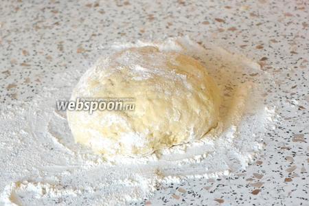 Добавляем соль, муку и замешиваем тесто. Муку нужно добавлять постепенно — по 1-2 ложки.