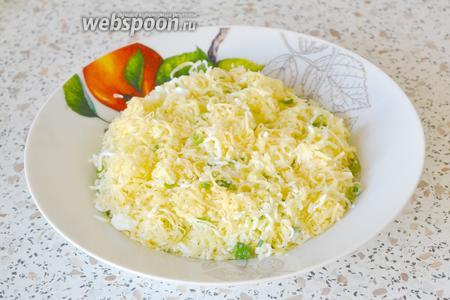 Чеснок чистим, моем и мелко-мелко режем. Соединяем яйца, сыр, зелёный лук и чеснок и перемешиваем. Начинка для лепёшек готова.