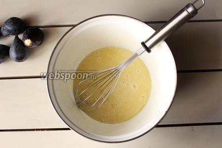 Яйца взбиваем с сахаром, я делаю это просто венчиком, без миксера.
