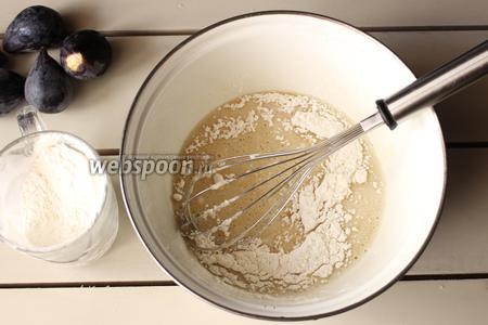 В яичную смесь добавляем масло с сиропом, далее вводим просеянную муку, соду.