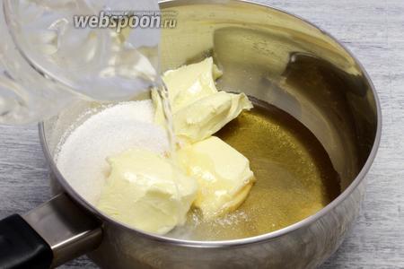 На верхнем огне растапливаем оставшиеся 50 г сливочного масла вместе с сахаром (50 г) и натуральным мёдом, сразу вливаем воду.