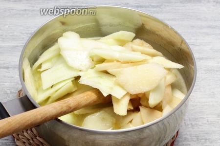 Загружаем грушево-яблочную нарезку. Перед этим с чистых плодов снимаем кожуру, вырезаем сердцевину, мякоть делим пластинами. Провариваем 5 минут после закипания.