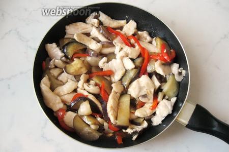 Добавить смесь соевого соуса, сахара, уксуса и крахмала на сковороду к овощам, грибам и курице.