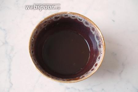 В миску налить соевый соус, добавить 1 столовую ложку крахмала, сахар и уксус, перемешать.