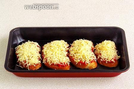 Покрыть овощи тёртым сыром.