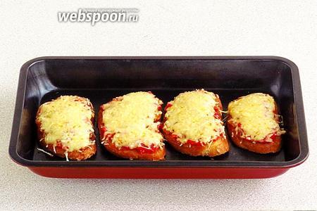 Бутерброды выложить на противень, поставить его в духовку и запечь изделия при температуре 180°С. Когда сыр начнёт плавиться, тартинки вынуть из духовки.