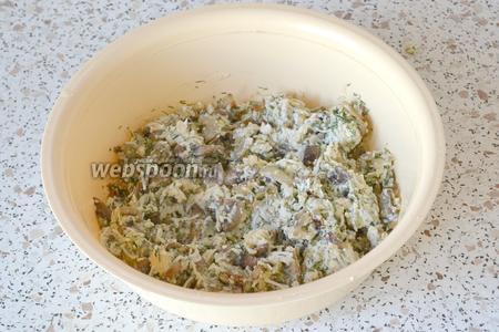 Добавляем белок от оставшегося 1 яйца и перемешиваем. Начинка для пирога готова.