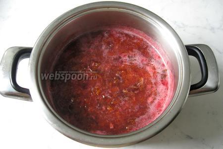 Затем сливу размять «толкушкой» для пюре или измельчить блендером, но сильно не увлекаться, так как в джеме должны быть кусочки фруктов.
