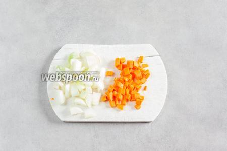 Нарезаем кубиками морковь и лук.