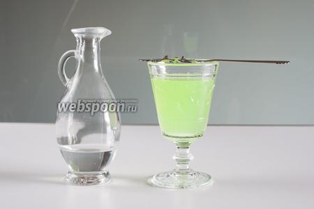 Переливаем ледяную воду в сосуд, из которого будет возможно точно прицелиться на кусочек сахара, и тонкой струйкой вливаем воду в абсент, растворяя по ходу дела кусочек сахара. Вот тут и вершится то, что французы считали волшебством зелёной феи: из 2 прозрачных жидкостей получается 1 мутная. В общем, классический французский способ употребления абсента превращает его в умеренно-страшный коктейль на Хэллоуин мутно-зелёного вида с по-настоящему мерзким аптечно-больничным запахом.