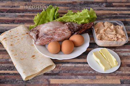 Для приготовления рулетиков из лаваша с икрой трески вам понадобятся яйца куриные, сливочное масло, кальмар, икра трески, листья салата, армянский тонкий лаваш.