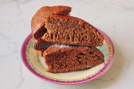 Готовый пирог достать из духовки, охладить и нарезать.  Хранить в ёмкости с крышкой.