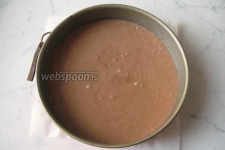 Заполнить форму для выпечки тестом и поставить в духовку.