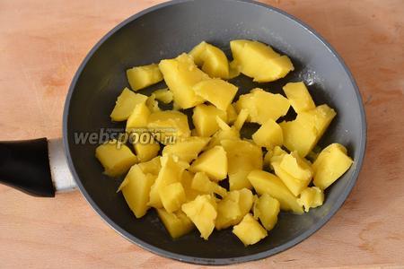 Картошку выкладываем на сковороду со сливочным маслом, обжариваем около 1 минутки.