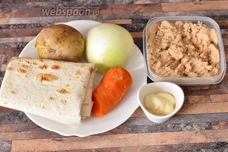 Для приготовления рулетиков с икрой трески вам понадобится лаваш тонкий, морковь, лук, картофель, икра трески и майонез.