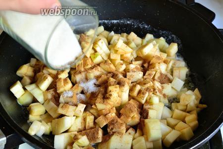 Сливочное масло растопить в сковороде, выложить все яблоки, добавить сахар и корицу. Готовить до мягкости яблок. Можно добавить 1 столовую ложку воды. Когда яблоки станут мягкими, снять с огня и остудить.