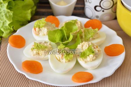 Яйца фаршированные икрой трески, морковью, сыром и листьями салата