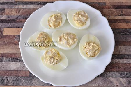 Начиняем яйца приготовленной массой.