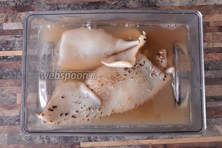 Подготавливаем необходимые ингредиенты. Яйца отвариваем, а кальмаров необходимо очистить, но вы можете купить уже очищенные. Очистить кальмаров просто. Берём большую ёмкость и заливаем кипятком воды. Кальмары после этого уже почти чистые. Вынимаем внутренности и пластину внутри.