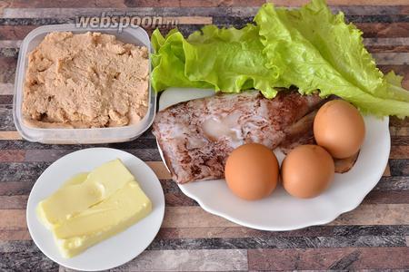 Для приготовления нежной закуски из икры трески вам понадобятся яйца куриные, масло сливочное, кальмар, листья салата, икра трески.