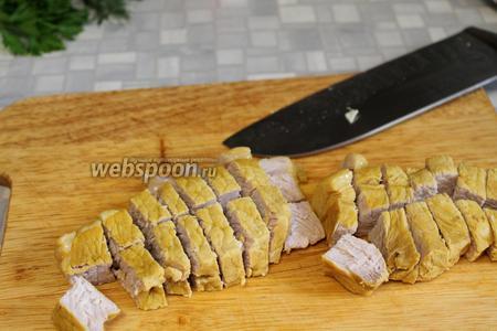 Слегка охладить и нарезать кубиками мясо.