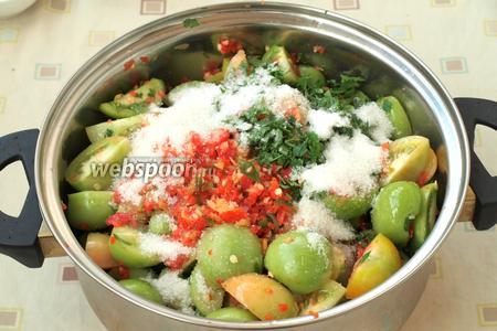 Нарезанные помидоры сложить в кастрюлю, добавить перечную смесь, сахар, соль, измельчённую петрушку, масло и уксус.