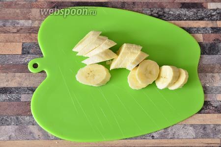 Подготавливаем все необходимые ингредиенты. Банан нарезаем колёсиками.