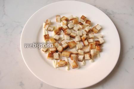 На сеточку майонеза выкладываем обжаренные кусочки белого хлеба.