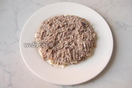 Выкладываем слой сардины на сухарики.