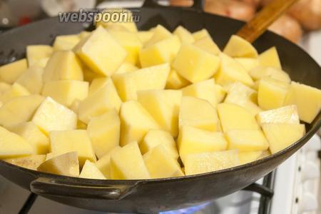 И заполняем его, почти по максимуму, нарезанным на достаточно крупные куски картофелем.