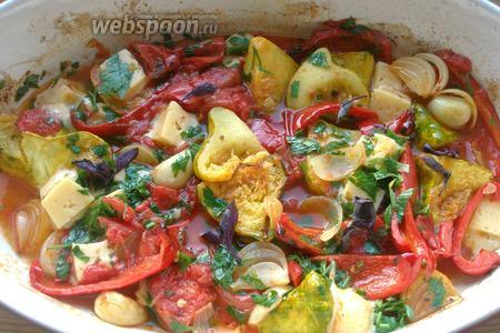 Перемешиваем овощи, я ещё добавила 2 листика базилика. Ставим обратно в духовку, но уже на 10 минут и температуру убавляем до 180°С, — блюдо готово. Подавать немедленно!