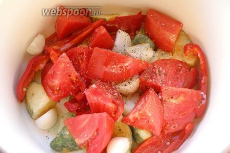 Овощи солим, перчим, окропляем оливковым маслом. Перемешиваем, чтобы масло и специи равномерно распределились.