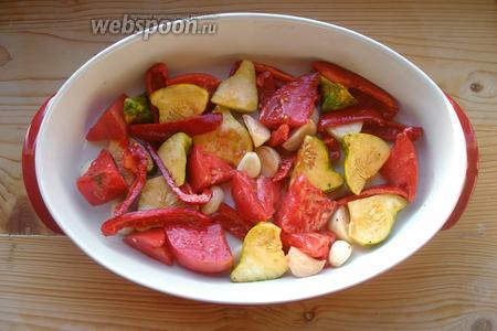 Выкладываем овощи в форму, в которой будем запекать их.
