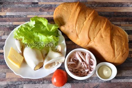 Для приготовления закуски с осьминогами, кальмарами и сыром вам понадобится батон, майонез, помидор, осьминоги в масле, листья салата, кальмары отваренные, сыр.