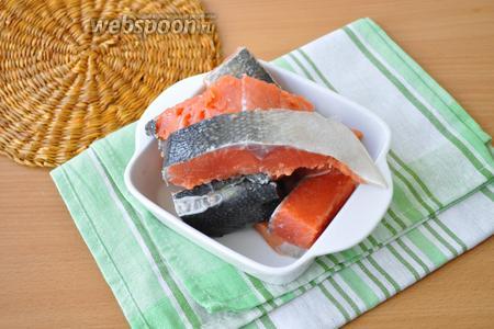 Почистим рыбу. Удалим кости. Нарежем рыбу на куски для мясорубки.