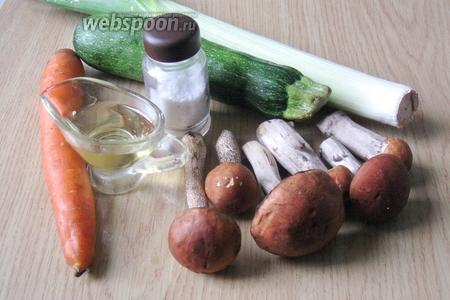 Для приготовления такого салата потребуются подосиновики свежие, цукини, лук-порей, морковь, подсолнечное рафинированное масло, соль.