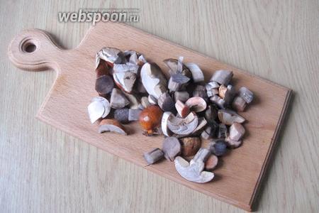 У подосиновиков поскоблить ножку, помыть и нарезать грибы, не очень мелко.