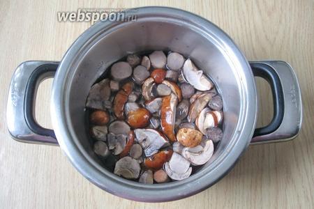 Выложить грибы в кастрюлю, залить водой и поставить на плиту. Варить 25-30 минут, затем воду слить.