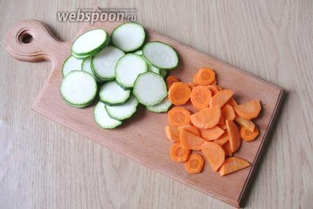 Цукини помыть, а морковь почистить и помыть. Нарезать цукини кружками, а морковь произвольно.