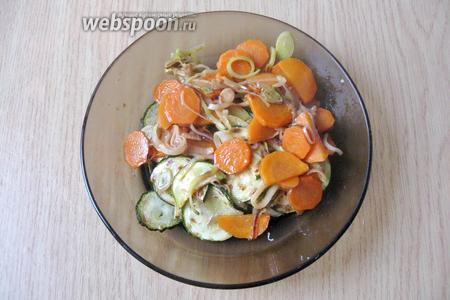 К цукини добавить жареный лук-порей и морковь.