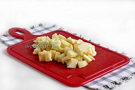 Яблоки очистить и нарезать мелкими кубиками.