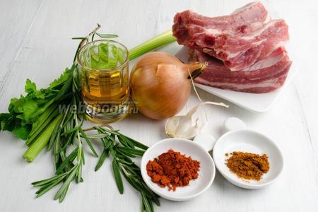 Чтобы приготовить блюдо, нужно взять свиные рёбрышки, масло подсолнечное; для маринада взять луковицы крупные, чеснок, перец красный, паприку, коньяк, розмарин, сельдерей.